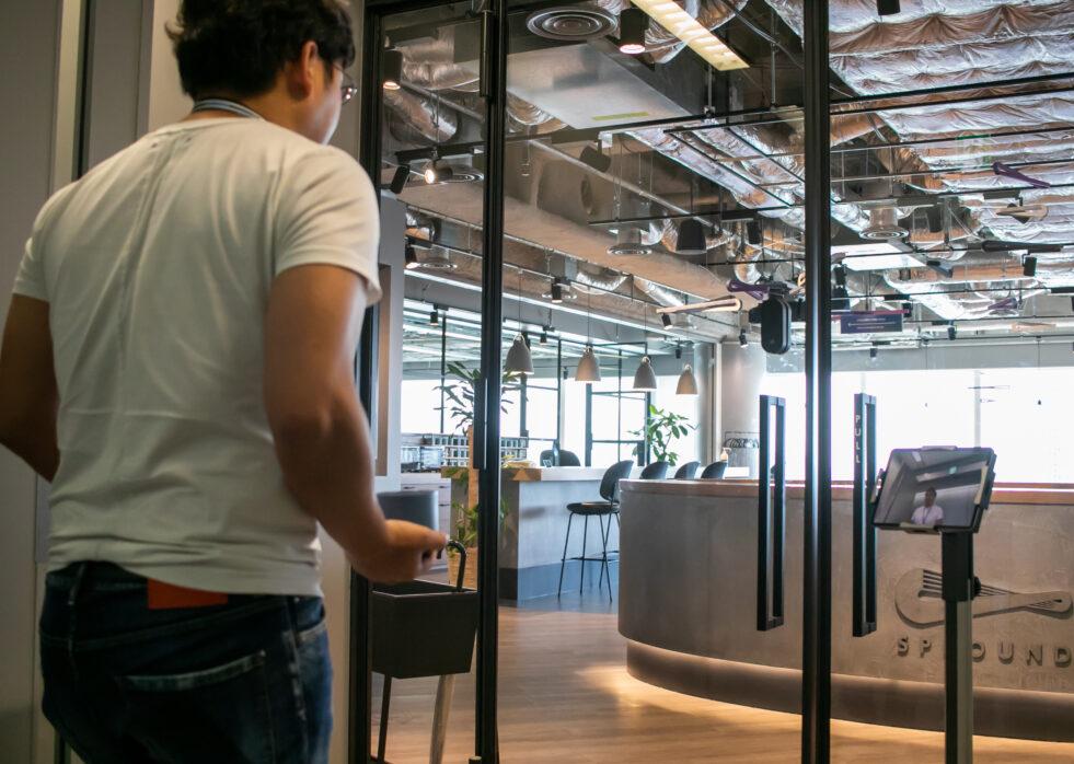 工事不要で月額1万円から利用できるオフィス向け顔認証スマートロックを10月1日より提供開始