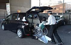 車椅子を押しているシーン