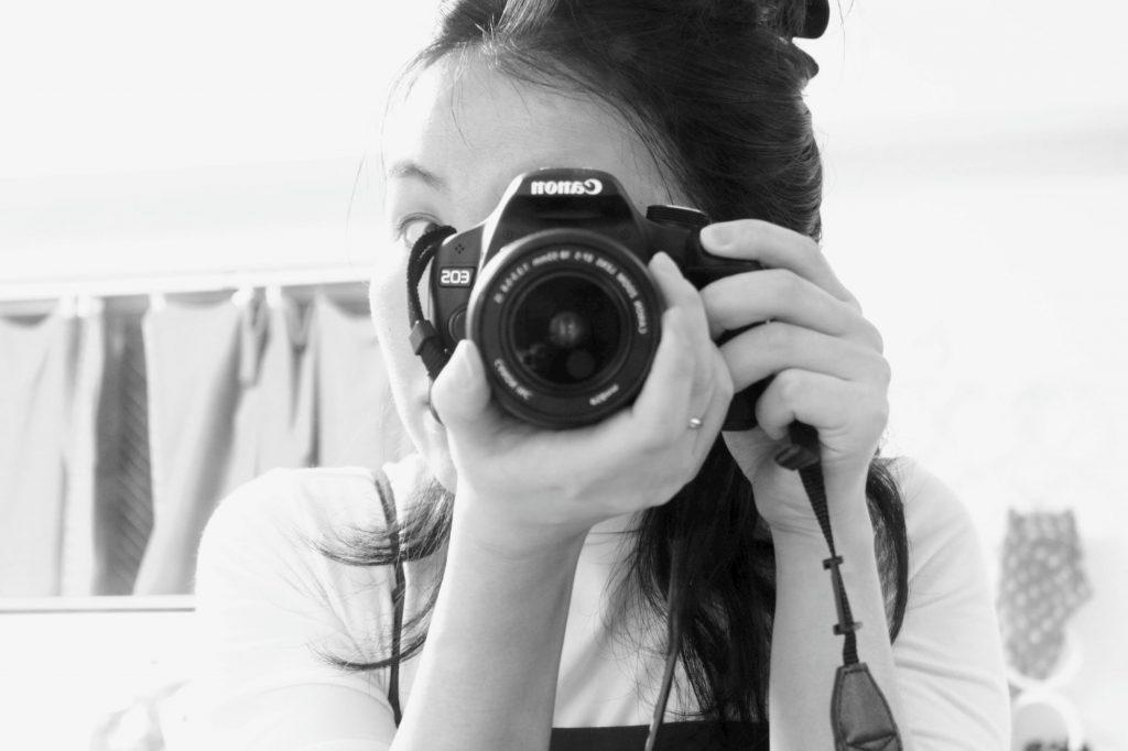 カメラ(Canon)を構えている筆者の写真