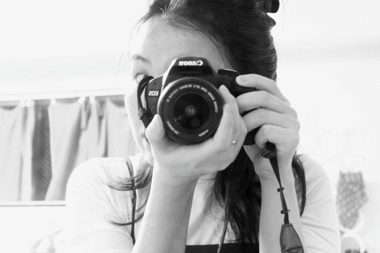 カメラを構えている私の写真
