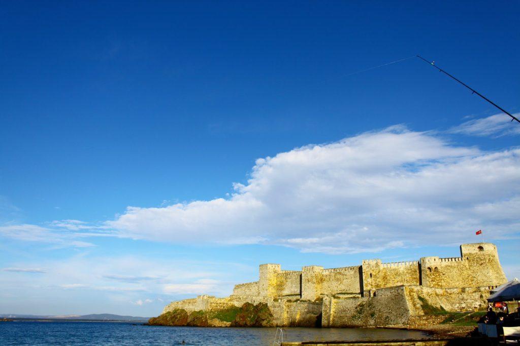 青空の下の古城の写真