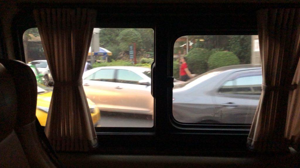 車内からみたタイの車道の様子